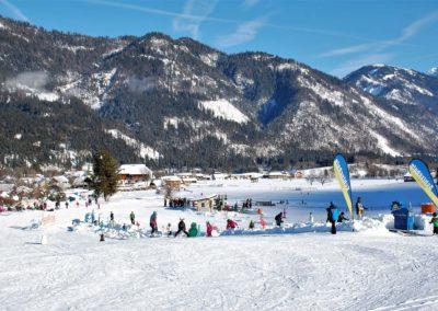 Kindergelände mit Skigebiet Weißbriach mit Ferienhaus-Franz im Hintergrund